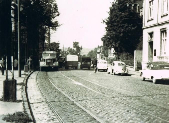 Die Bahnhofstraße kurz vor der Abbiegung Richtung Baak - rechts hinten im Bild: Haus Burgeck. Foto: Sammlung Jürgen Schröder/Hattingen