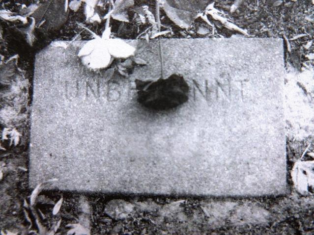 Im Dezember 2002 fotografierte Susanne Geertsen das Grab einer unbekannten Ostarvbeiterin auf dem kommunalen Friedhof an der Waldstraße. Foto: StAG/ Zwangsarbeit in Hattingen, LWL 2003