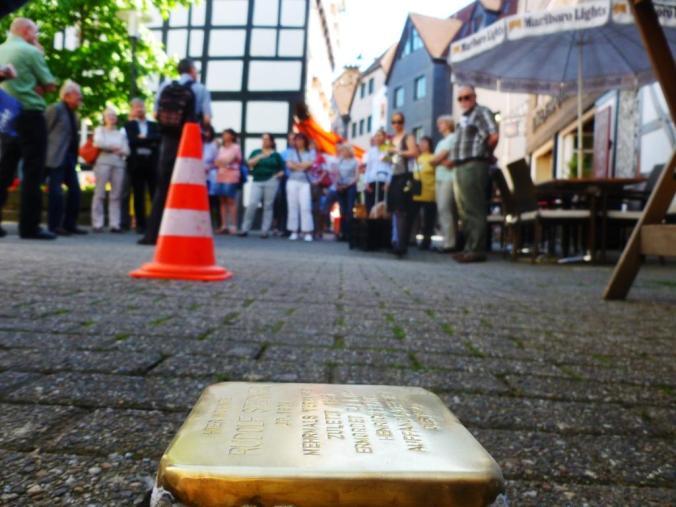 Einer der neuen Stolpersteine in Hattingen am Tag der Verlegung. In der Ruhrgebietsstadt gibt es nun bereits 19 Stolpersteine. Foto: Lars Friedrich