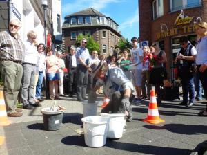 Anfang Juni 2014 verlegte Gunter Demnig in Hattingen/Ruhr acht Stolpersteine. Foto: Lars Friedrich