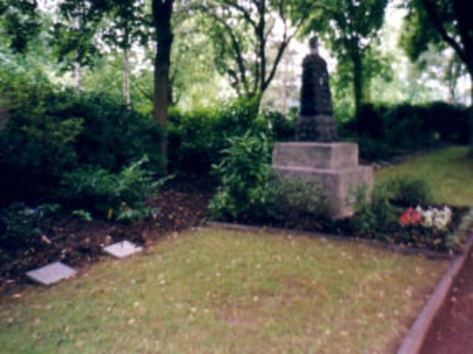 Das Ehrenmal auf dem Kommunalfriedhof an der Waldstraße mit den Grabsteinen der dort beigeetzten Zwangsarbeiter vor dem Jahr 2002. Foto: Volksbund Deutsche Kriegsgräberfürsorge e. V.