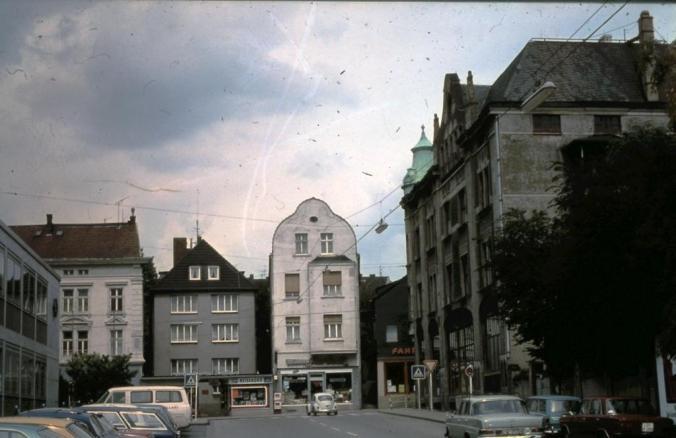 Der Beginn der Bahnhofstraße vor dem Bau der Westtangente: rechts Haus Waskönig, in der Bildmitte die Druckerei Enßen am Standort der ehemaligen Synagoge. Foto: Jürgen Schröder/Hattingen