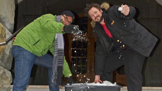 G wie Gefahrenabwehr: Oliver Bienkowski (rechts) und ich testeten die beheizte Rathaustreppe. Foto: Caveman