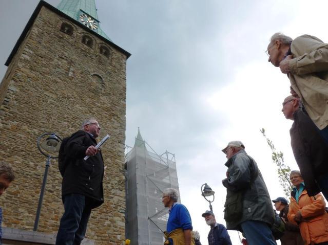 Dieter Bonnekamp (links) vom Heimat- und Burgverein Essen-Burgaltendorf e.V.  erklärt den Teilnehmern des ersten Hattinger Schnadeganges den Dom zu Niederwenigern. Foto: Lars Friedrich