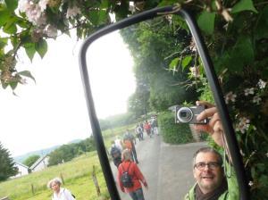 In der Gruppe macht Wandern noch mehr Spaß - auch in der Elfringhauser Schweiz. Foto: Selfie Lars Friedrich