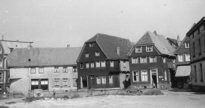 Der Standort des Trarbacher Hofes (Kleine Weilstraße 2) nach dem Abbruch des Fachwerkhauses um 1956. Im Bild: Die Häuser Kleine Weilstraße 1, 3, 5 und 7. Foto: F.W. Werth/Remagen in der Sammlung des Heimatvereins Hattingen/Ruhr e.V. - www.buegeleisenhaus.de