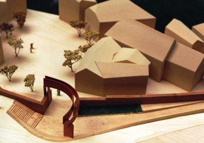1999 hatte Agustí Roqué (Jahrgang 1942) seinen Stadttor-Entwurf für den Steinhagenplatz entwickelt; die Realisation des wuchtigen Stahlbogens am Weiltorplatz scheitert voraussichtlich am ungeeigneten Untergrund, der eine Befestigung nicht zulässt. Bild: Agustí Roqué