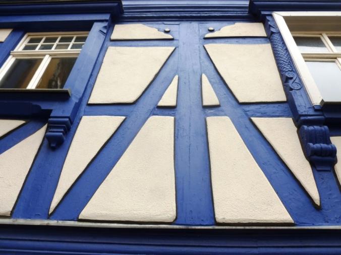 """Das """"Blaue Haus"""" von 1593 in Wertheim. Die blaue Fassung des Fachwerks wurde 1999 mit """"Smalte"""" nach Originalbefund wieder hergestellt. """"Smalte"""" ist ein kobalthaltiges Glas, das fein gerieben als Pigment benutzt wurde. Foto: LRF"""