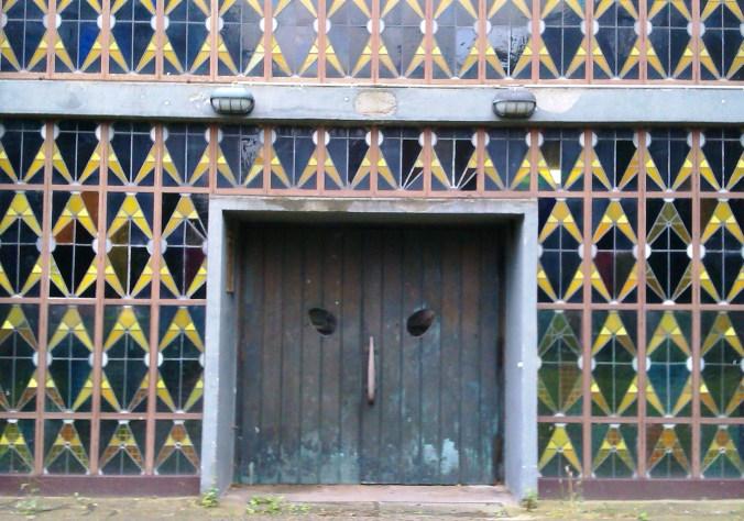 Die Eule. Die wuchtige Flügeltür der Erik-Nölting-Grundschule hat mich als Kind mehr eingeschüchtert als fasziniert. Foto: Lars Friedrich