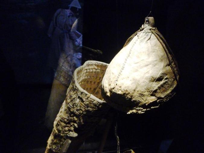 Tragsack aus Rinderhaut, 13. Jh. v. Chr.  und Kappe aus Hallstatt. Foto: Lars Friedrich