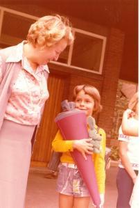 Der kleine Lars mit mütterlicher Begleitung auf dem väterlichen Einschulungsfoto von 1975. Foto: Kurt Friedrich