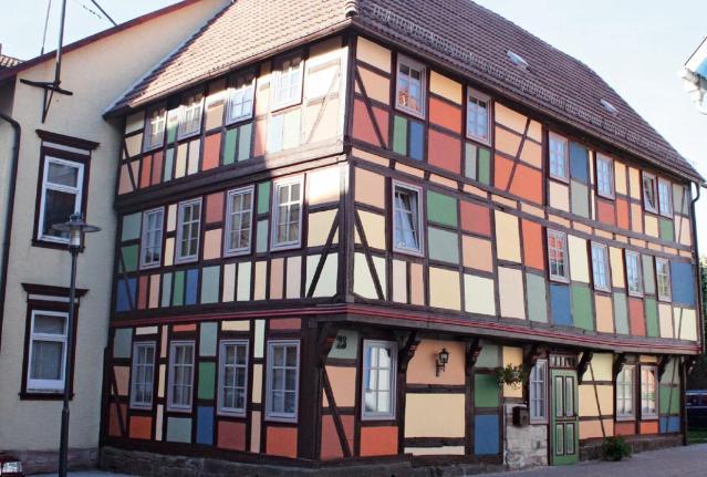 """Buntes Fachwerk in Schmalkalden. Inge Wutzler: """"In der Denkmalpflege muss ich auch träumen können, um meine Ziele zu erreichen."""" Foto: www.wutzler-immobilien.de"""