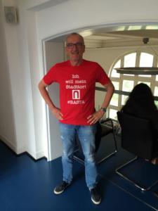 Stadttor-Streiter Burghard Thimm im Rathaus. Das Shirt gibt es unter http://basta.spreadshirt.de/ zu kaufen. Foto: Martin Rösner