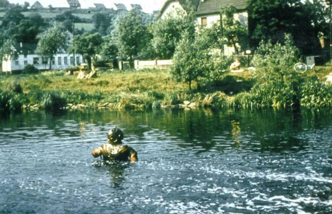 Der Ruhrsee kam nicht, wohl aber 1959 die Ruhrverlegung 1959: Vom Schepmannschen Hof am rechten Ruhrufer (Westenfeld) bis zum Ruhrwehr wurde ein neues Flussbett ausgebaggert und der alte Ruhrbogen entlang der Hütte zugeschüttet. Natürlich wurde vor den Arbeiten von einem Taucher das Ruhrbett abgesucht, wie das heutige Bild bestens dokumentiert. Ab dem 1. November 1959 befand sich die Ruhr in ihrem neuen, etwa 1,5 Kilometer langen Bett. Der Fluss verkürzte sich dadurch um einige hundert Meter. Foto: Jürgen Schröder/Hattingen