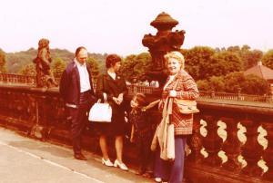Meine Mutter (rechts) und ich mit den Freunden aus Borlas auf der Terrasse von Schloss Moritzburg. Foto: Kurt Friedrich