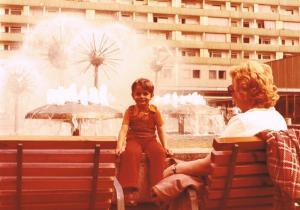 Meine Mutter und ich vor dem Pusteblumenbrunnen von Leonie Wirth und Vinzenz Wanitschke auf der Parger Straße in Dresden. Foto: Kurt Friedrich