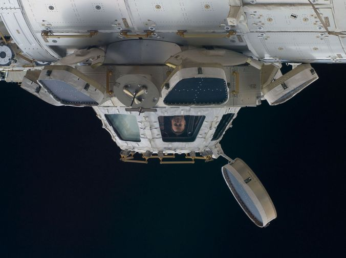 NASA-Astronaut Ron Garan, Flugingenieur der Expedition 28, in einem Fenster der ISS-Kuppel. Foto: NASA