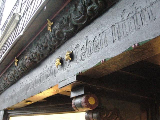 """Die Stadtverwaltung 2008 zum Hitler-Zitat: """"Da es mit schwarzer Farbe überstrichen ist, wird es den Gästen der Stadt nicht auffallen."""" Foto: LRF/HAT"""