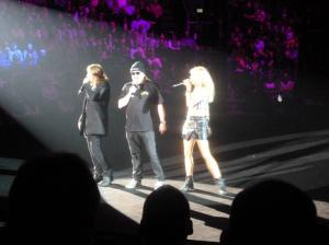 Ruhrpott-Comedian Markus Krebs (Mitte) singt mit Stephanie Crutchfield und Teloy. Foto: Lars Friedrich