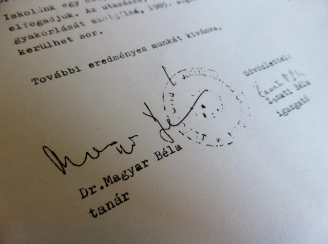 23. November 1984: Direktor Bela Zanati und Lehrer Dr. Bela Magyar bestätigen dem Gymnasium Holthausen die künftige Zusammenarbeit und laden die ersten Hattinger Schüler für April 1985 nach Ungarn ein. Repro: Lars Friedrich