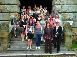 2010: Bürgermeisterin Dr. Dagmar Goch und Austausch- Initiator Antal Nadi (vorne rechts) mit den Schülerinnen und Schülern des Budapester Gymnasiums. Foto: Lars Friedrich