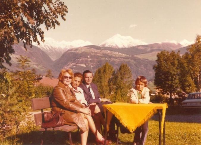Mutter, Tante, Onkel und ich auf Papas sorgsam arrangiertem Urlaubsschnappschuss: Unser Sommerurlaub in Südtirol. Foto: Archiv