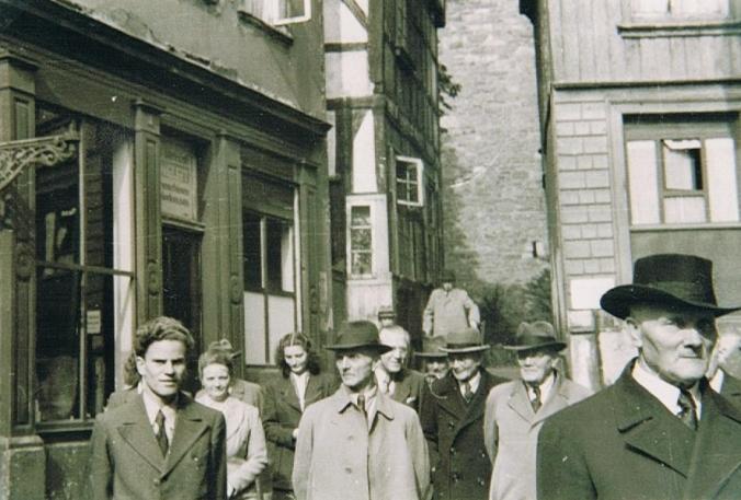 Wohlgemuth (vorne rechts) mit Literatur-Freunden bei einem Altstadt-Bummel. Foto: Heimatverein