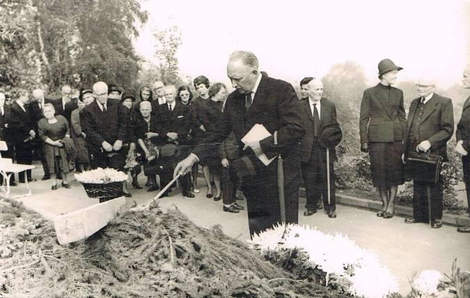 Beisetzung von Otto Wohlgemuth am Mittwoch, den 18. August 1965, auf dem Kommunalfriedhof an der Waldstraße. Foto: Heimatverein