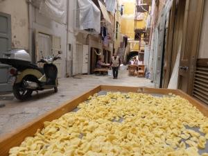 Die engen Gassen von Bari sind Wohnzimmer, Küche und Vorgarten zugleich. Foto: Lars Friedrich