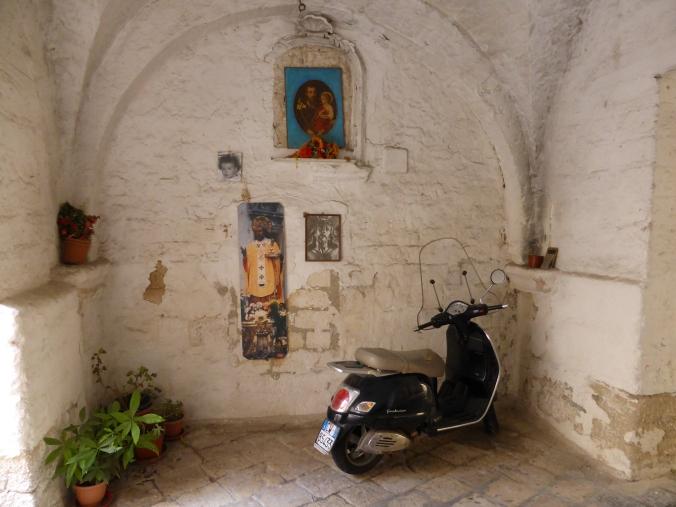 Typisch italienisch? Auf jeden Fall typisch Apulien - Hausdurchgang in Bari. Foto: Lars Friedrich