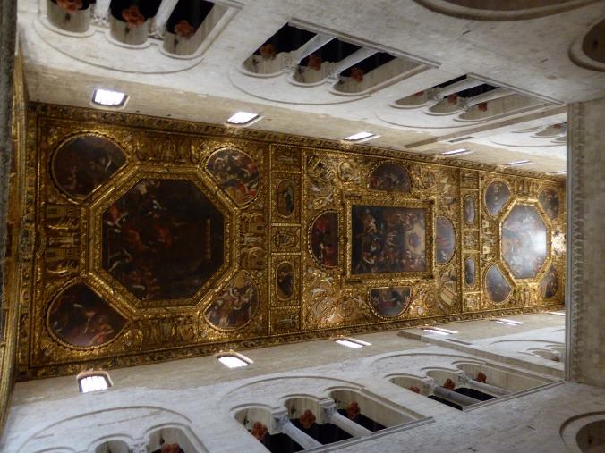 Eine prächtige Decke schützt in der Basilika auch den Bischofsstuhl des Elias von etwa 1098. Foto: Lars Friedrich