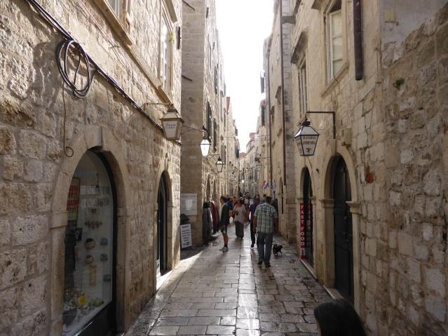Charakteristisch für viele kroatische Städte: Blanke Gehwegplatten wie hier in der Altstadt. Foto: Lars Friedrich