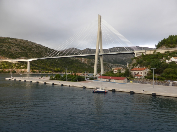 Die 518 Meter überspannende Franjo-Tuđman-Brücke, benannt nach dem ersten Präsidenten Kroatiens nach Erlangung der Unabhängigkeit des Landes im Jahr 1991. Die Brücke überspannt die Mündung des Ombla, eines der kürzesten Flüsse Europas. Foto: Lars Friedrich