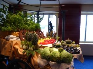 Speisendekoration auf Deck 8 vor dem Markt-Restaurant. Foto: Lars Friedrich