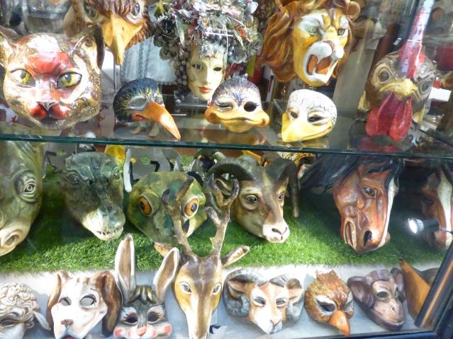 Masken, Masken, Masken: Auslage am Markusplatz. Foto: Lars Friedrich