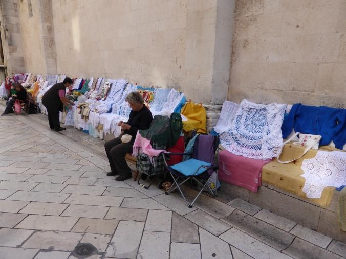 Spitze Spitzendecken: Frauen verkaufen Handwerkliches in den Gassen von Zadar. Foto: Lars Friedrich