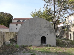 Noch allgegenwärtig: Der jugoslawische Bürgerkrieg - hier ein privater Bunker in Zadar, unweit des AIDA-Liegeplatzes. Foto: Lars Friedrich