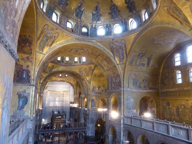 In der Markusbasilika sind die oberen Wandzonen sowie die gesamte Decke mit Mosaiken mit Goldgrund bedeckt. Foto: Lars Friedrich