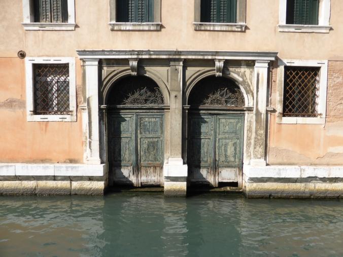 Türen am Uffici Giudiziari in Venedig. Foto: Lars Friedrich