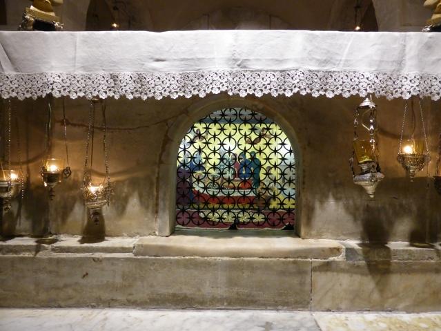 Durchblick auf die Grabstätte des Heiligen Nikolaus in Bari. Foto: Lars Friedrich