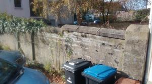Die Mauer des alten jüdischen Friedhofes an der Alten Bismarckstraße. Foto: LRF