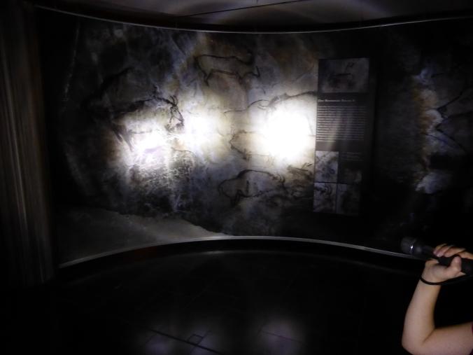 Die Ausstellung liegt im Dunkeln und wird von den Besuchern als Höhlenraum mit einer Taschenlampe erschlossen. Foto: Lars Friedrich
