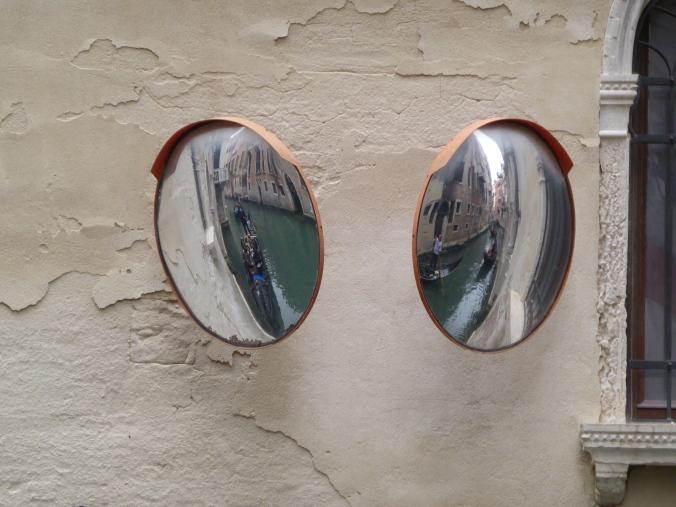 Ein passendes Foto zum Jahreswechsel habe ich im Herbst in Venedig gemacht - Rückschau und Ausblick in einem Kanal nahe dem Teatro La Fenice. Foto: LRF