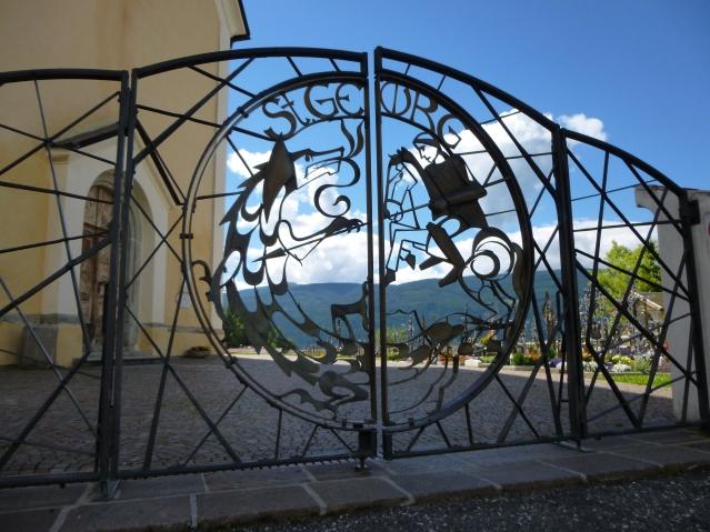 Drachenkampf auf der Pforte zur St. Georgs-Kirche Terenten. Foto: Lars Friedrich