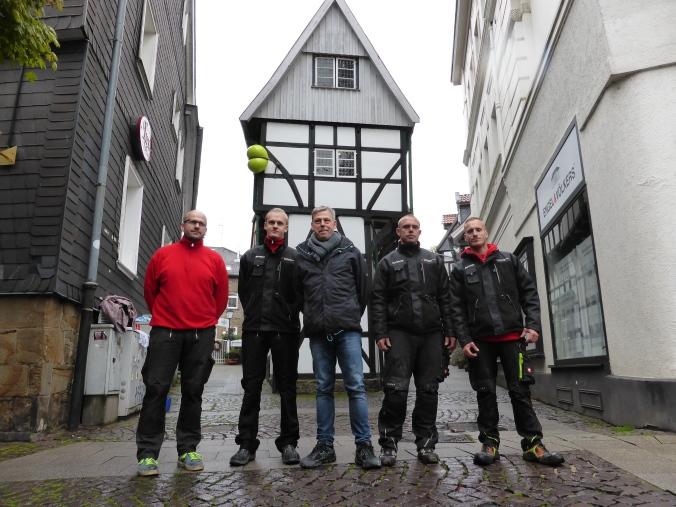 Dachdeckermeister Hans Christoph Berster (links) mit Team und Stephan Marienfeld (Mitte) vor dem DISLIKE. Foto: Lars Friedrich