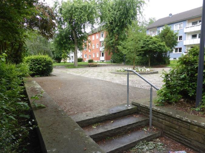 Der Platz an der Munscheidstraße: Bodenbelag, Mauern und die ehemalige Wasseranlage in der Mitte identifizieren ihn als Park der 50er und 60er Jahre. Foto: Lars Friedrich