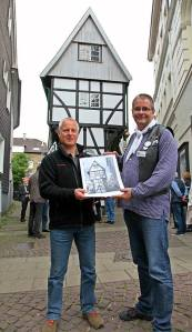 Gemeinsam vor dem Museum im Bügeleisenhaus: Ulli Auffermann und ich samt seinem Jahreskalender. Foto: privat