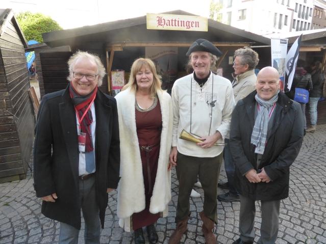 Bürgermeister Dirk Glaser (links) und HATTINGEN MARKETING-Geschäftsführer Georg Hartmann mit dem historisch gewandeten Promo-Team aus Hattingen beim Weseler Hansetag. Foto: Lars Friedrich