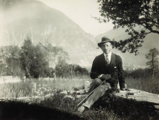 Rilke auf dem Mäuerchen bei der Kapelle von Muzot, 1924. Foto: Fondation Rilke