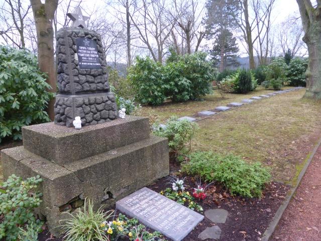 Die neuen Grabplatten rund um das Ehrenmal auf dem Kommunalfriedhof an der Waldstraße. Foto: Lars Friedrich